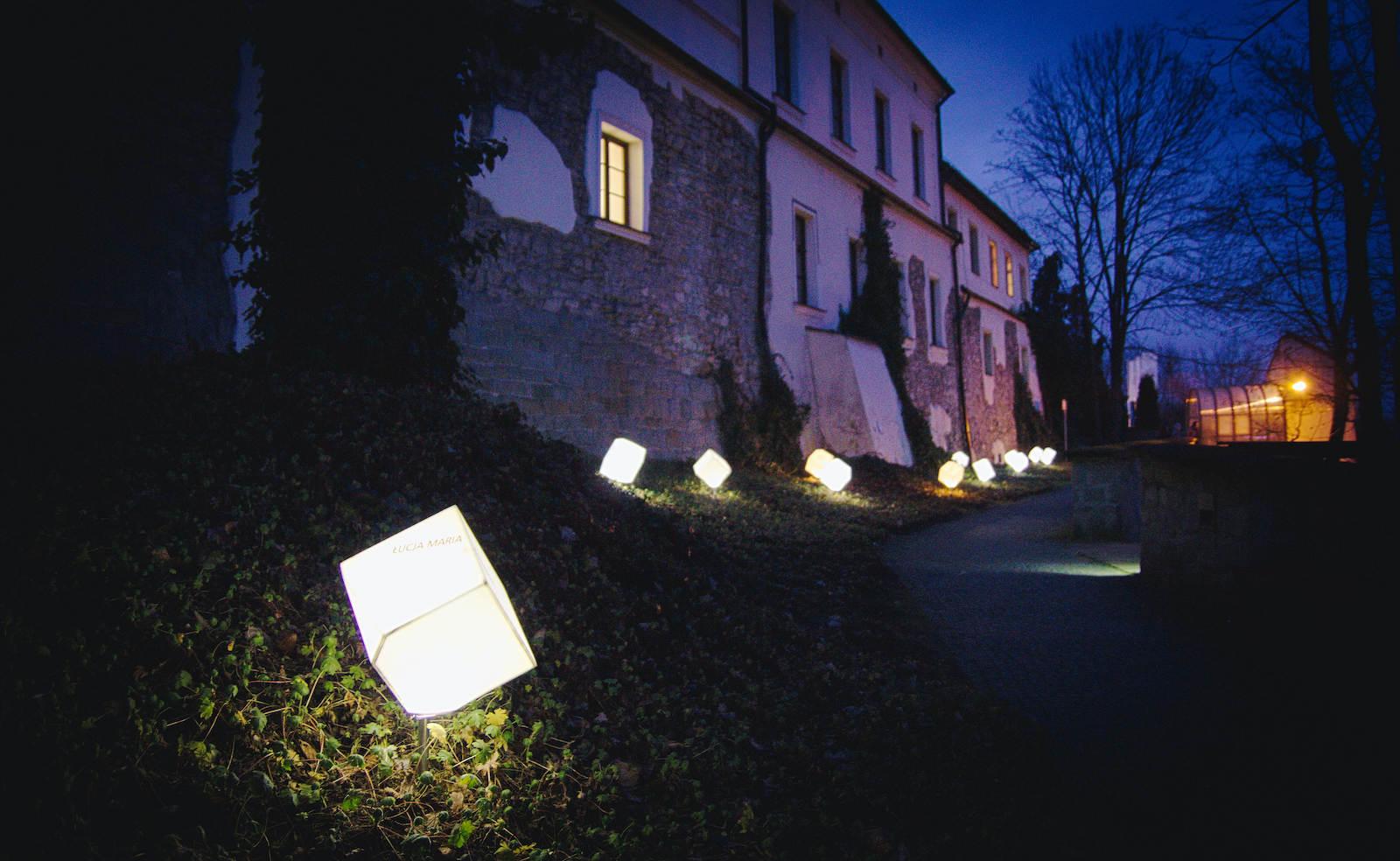 Uliczka Cieszyńskich Kobiet świeci po zmierzchu fot. Marta Mędrzak-Gajda